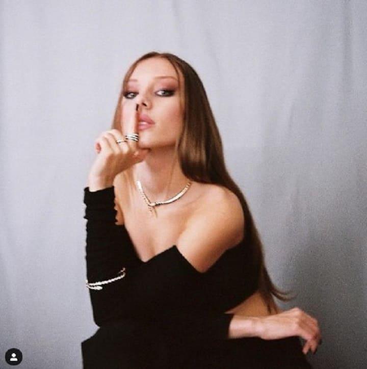 Foto Ester Exposito vestido negro