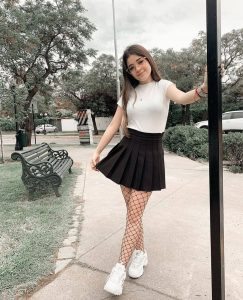 Foto de Fernanda Villalobos con falda