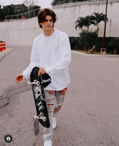 Foto de Jeancarlo León con skateboard