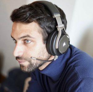 Foto de Jesús Castro con audífonos gamer