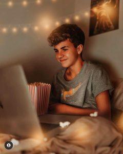 Foto de José Julio viendo una película