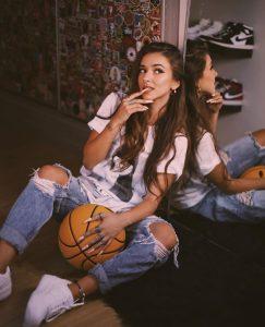 Foto de Monismurf con balón de basket