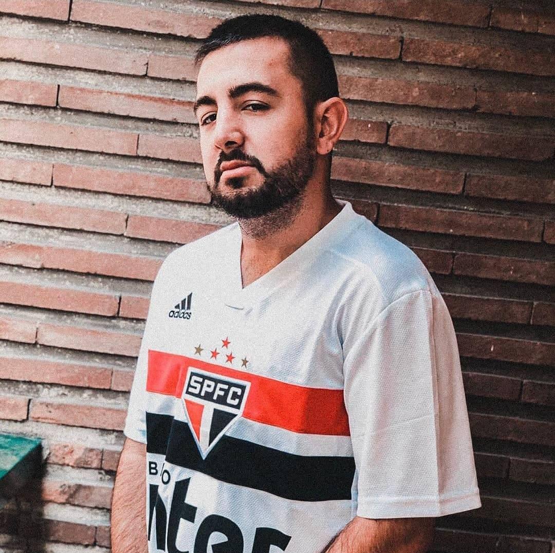 Foto de Papi Gavi con una camisa de fútbol