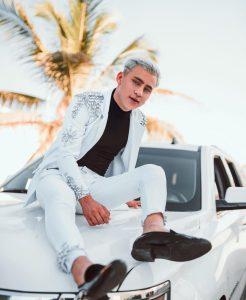 Foto de Rod Contreras en un auto