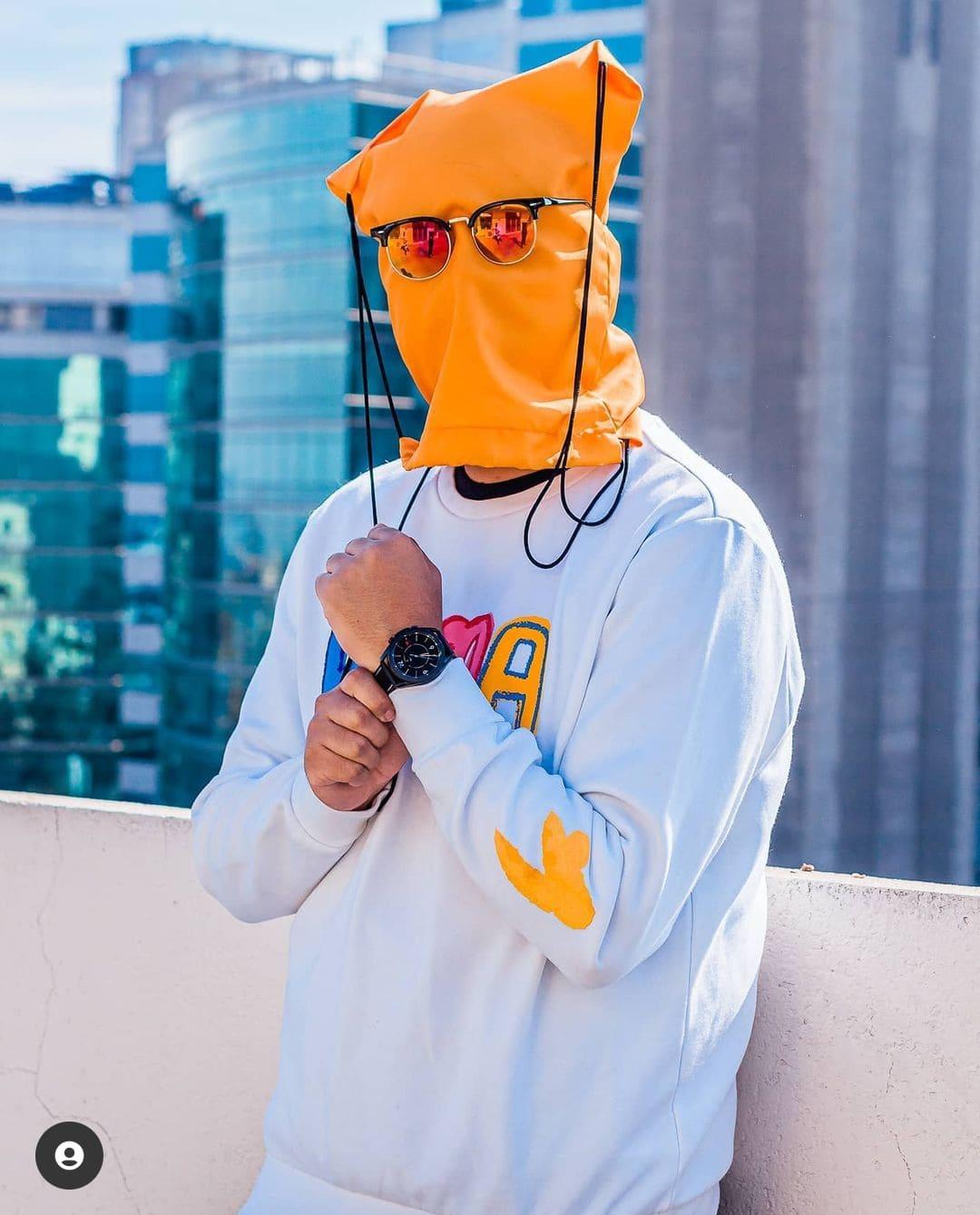 Foto de Dylantero con una bolsa naranja