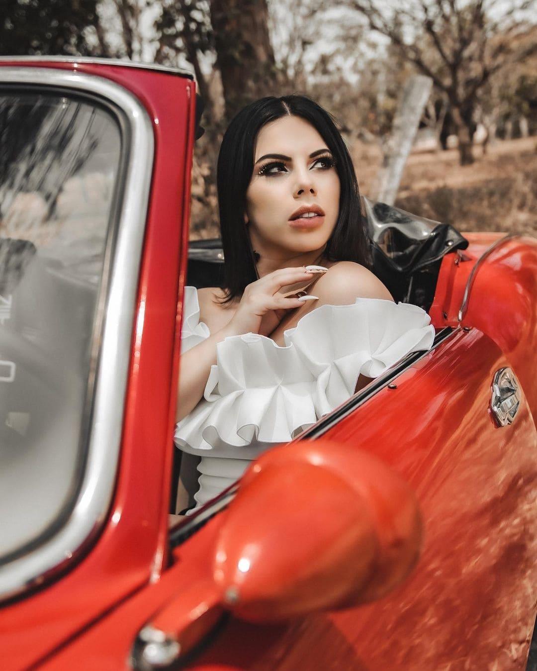 Foto de Lizbeth Rodríguez en auto