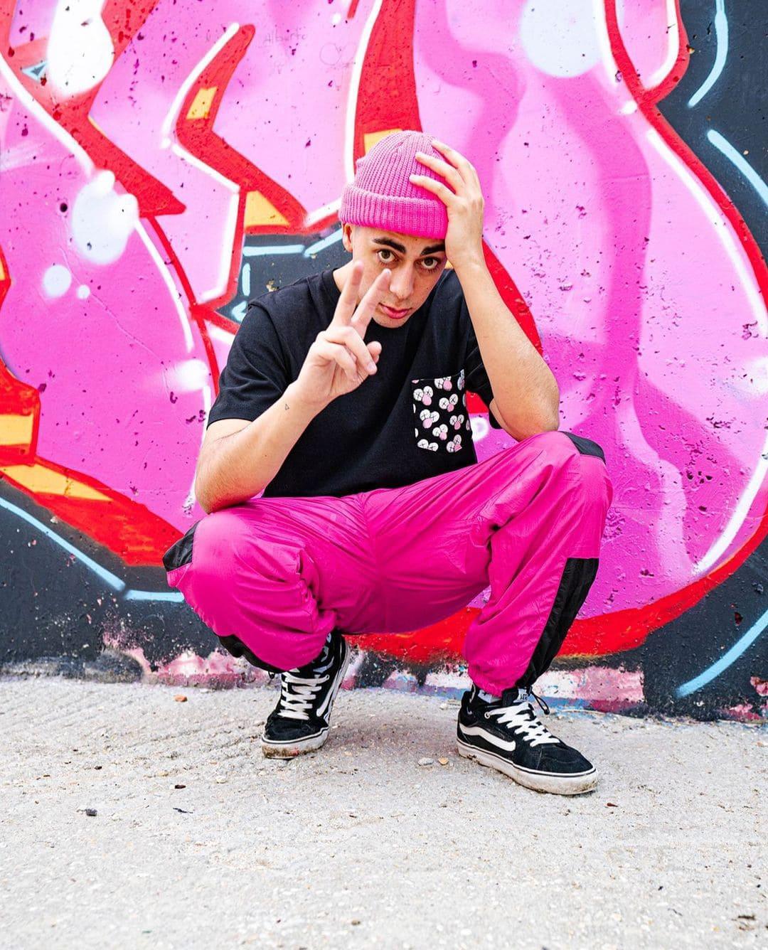 Foto de Nil Ojeda vestido de rosa